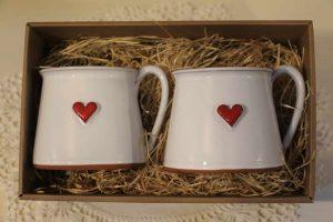 2 hrnky na čaj, krabice s průhledným víkem